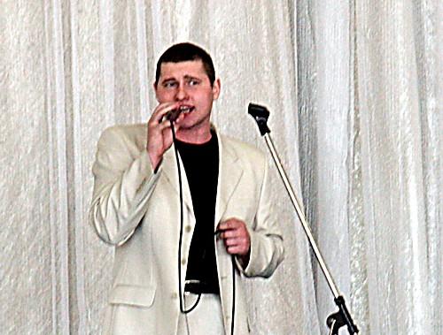 поёт Артём Киселев